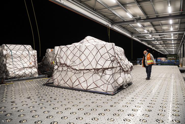 A török Teknomelt műszaki textilgyár szájmaszkokhoz szükséges alapanyaga a Budapest Airport logisztikai bázisán a Liszt Ferenc-repülőtéren 2020. március 22-én.