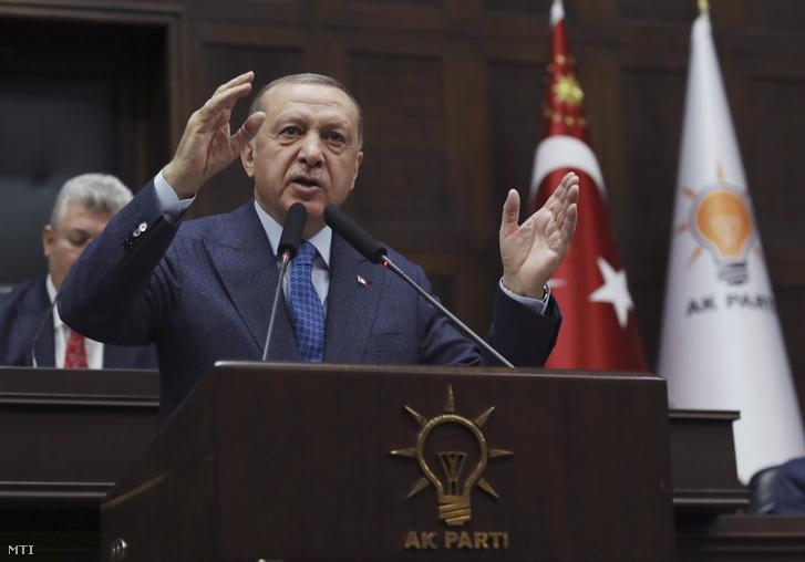 Recep Tayyip Erdoğan török elnök felszólal a török kormánypárt parlamenti frakcióülésén Ankarában 2020. március 11-én.