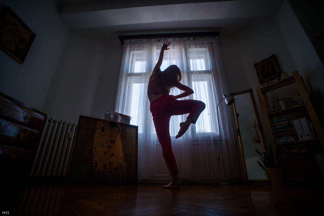 A koronavírus-járvány miatt önkéntes karanténban lévő táncos gyakorol budapesti otthonában 2020. március 27-én