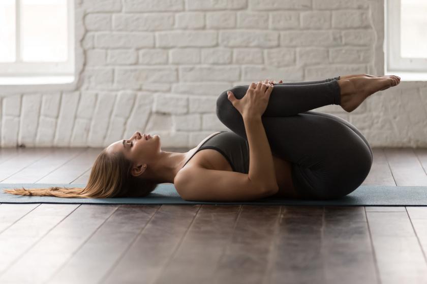 Akár az ágyban is elkezdheted a gyakorlatsort: a hajlított térdeket a lábszárat fogva húzd a mellkas felé. Ha nehezen megy, először csak az egyik, majd csak a másik lábat húzd fel, és tartsd meg 10 másodpercig.