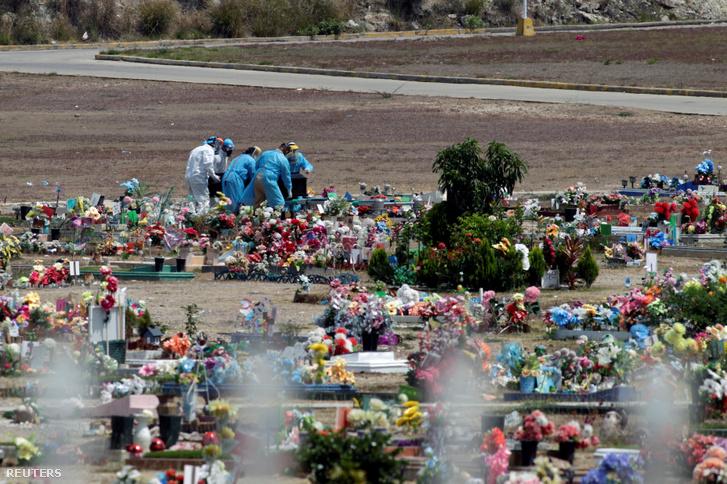 A koronavírus-járvány egyik áldozatának temetése Tegucigalpa egyik temetőjében, Honduras fővárosában 2020. március 31-én