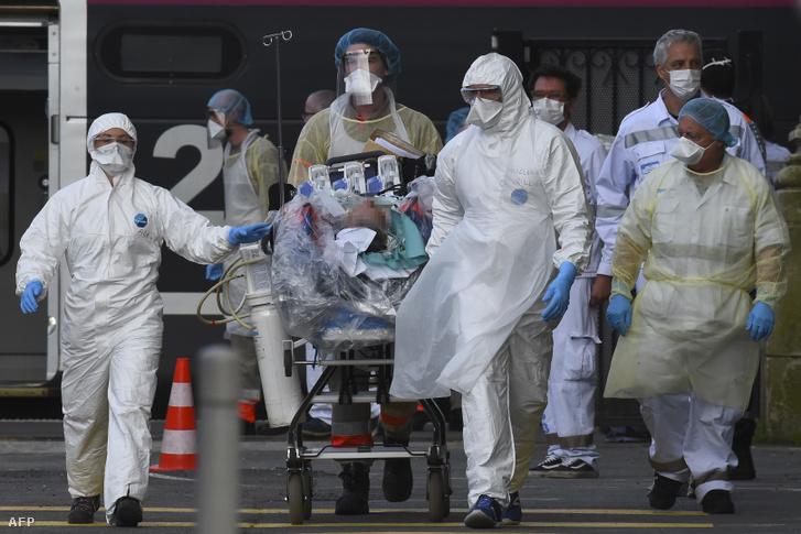 Koronavírussal fertőzött beteget szállítanak el a Saint-Jean vasútállomásról a franciaországi Bordeaux-ban 2020. április 3-án.