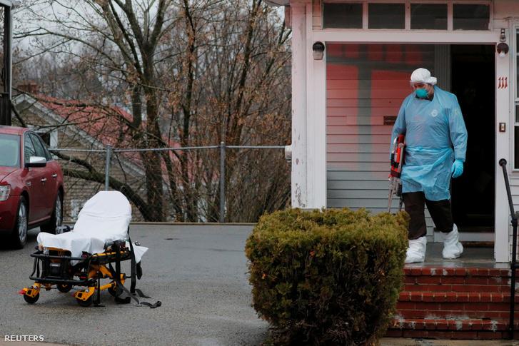 Mentősök készülnek elvinni otthonából egy koronavírussal fertőzött beteget a Massachusetts állambeli Bostonban 2020. április 3-án