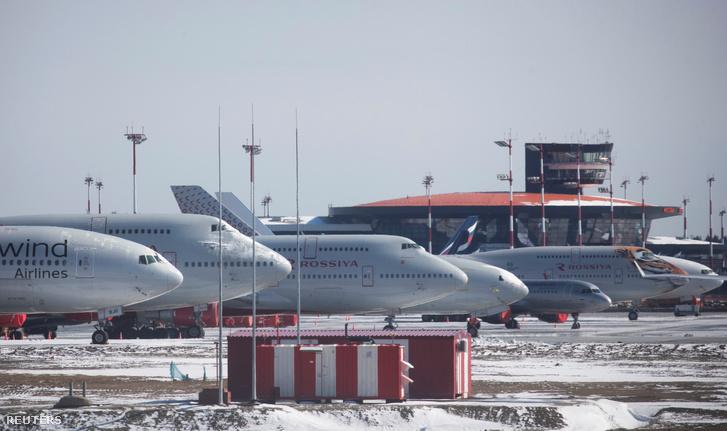 Parkoló repülőgépek a Seremetyjevói nemzetközi repülőtéren, Moszkvától 30 kilométerre Oroszországban 2020. április 1-én