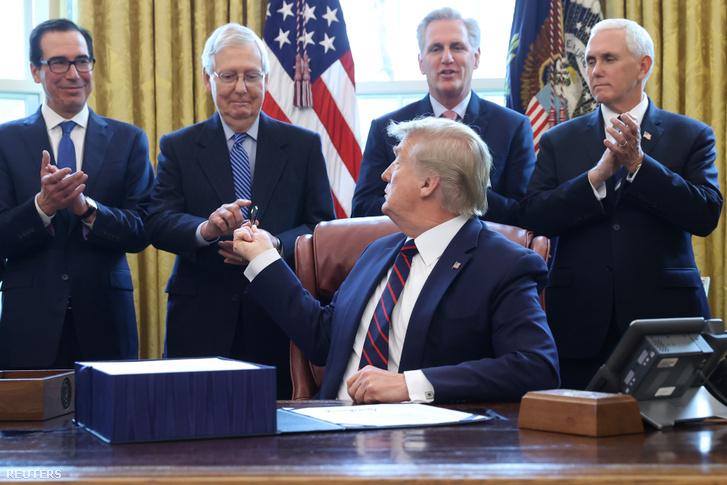 Donald Trump amerikai elnök 2020. március 27-én a Fehér Házban aláírta az Egyesült Államok történetének legnagyobb gazdasági élénkítő csomagját