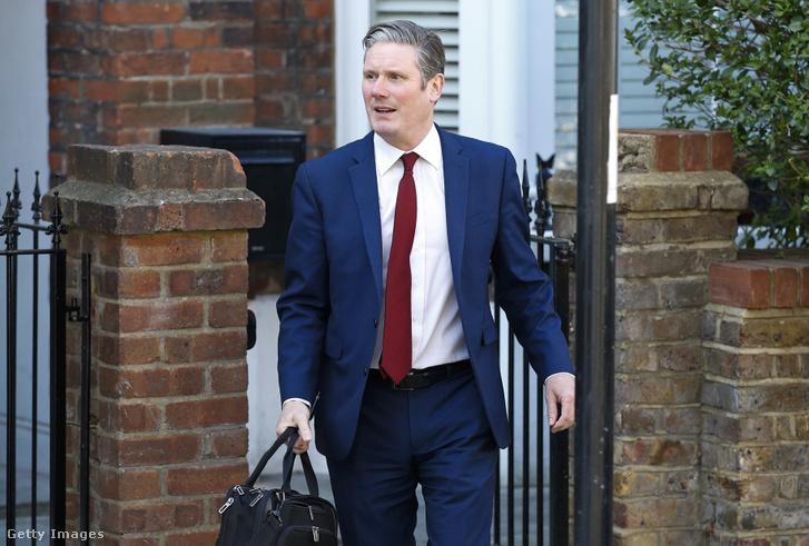 Sir Keir Stramer a Munkáspárt új elnöke távozik londoni otthonából 2020. április 4-én