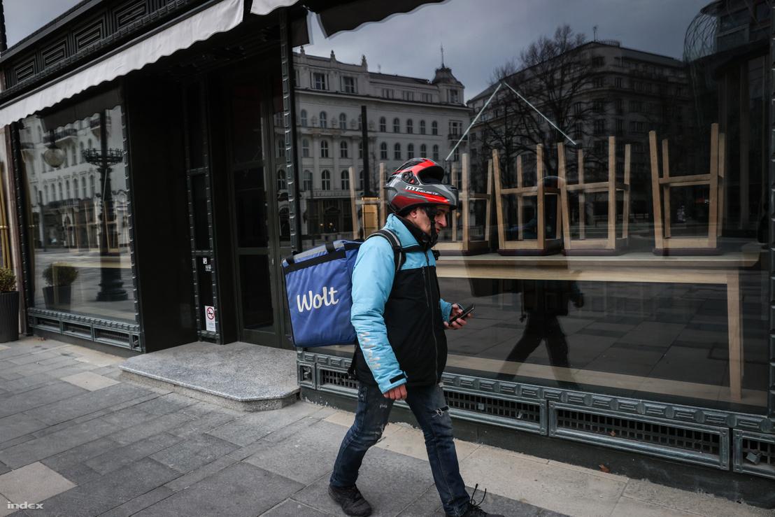 A koronavírus-járvány miatt zárva tartó étterem Budapest belvárosában 2020. március 24-én