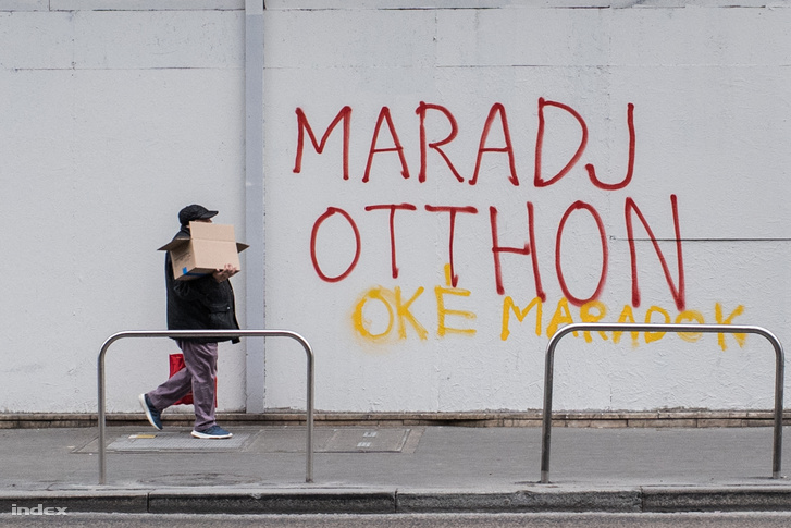 Otthon maradásra buzdító felirat Budapest belvárosában 2020. március 21-én