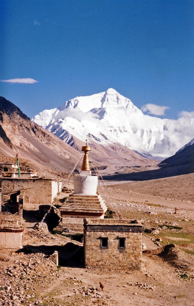 A Mount Everest - vagy Csomolungma - látképe a kolostortól.