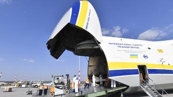Repülőgépszörnnyel hoztak védőeszközöket Magyarországra