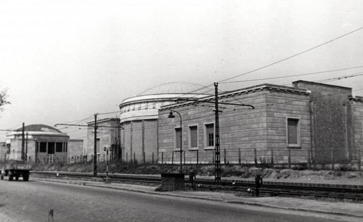 A HÉV-állomás kupolás épületei a Népstadionnál - Forrás: Fortepan
