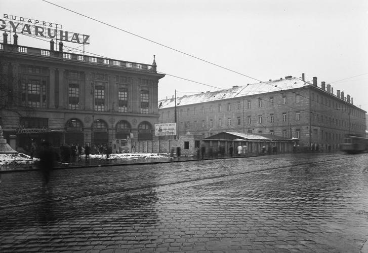 1952. Blaha Lujza tér, a Corvin Áruház és a Rókus kórház épülete, közöttük a metróépítés területe - Forrás: Fortepan