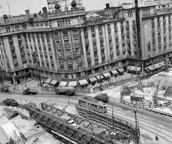 Astoria kereszteződés, metróépítés. Balra az MTA lakóház, az alsó sarokban az aluljáró építésénél felhasznált Zagyva híd - Forrás: Fortepan