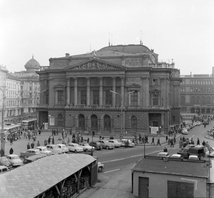 Blaha Lujza tér, a metróépítés területe, szemben a Nemzeti Színház - Forrás: Fortepan