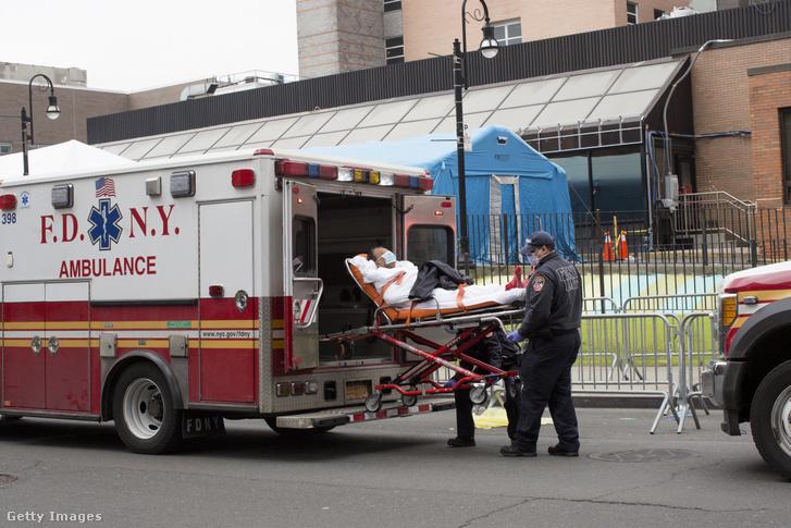 Mentő szállít kórházba egy beteget New Yorkban 2020. március 30-án.