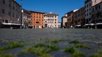Kisarjadt a fű Róma egyébként élettel teli terén, annyira kevés az ember az utcákon
