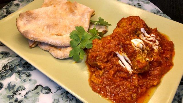 Paradicsomos curry, húsgombóccal, naan kenyėrrel