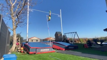 Az olimpiai bajnok rúdugró a kertjében ugrott hatalmasat