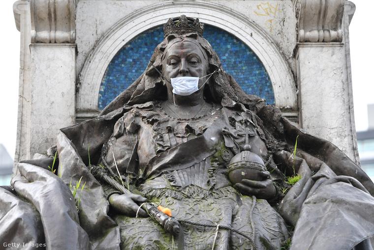 Manchesterben magát Viktória királynőt szerelték fel ezzel az igen aktuális kiegészítővel.