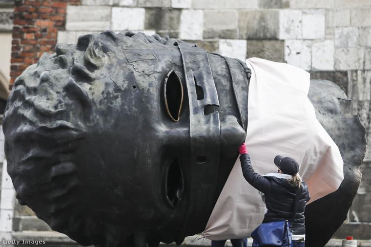 Erósznak, a szerelem istenének ez a szobra Krakkóban van, neki jó nagy maszk kellett.
