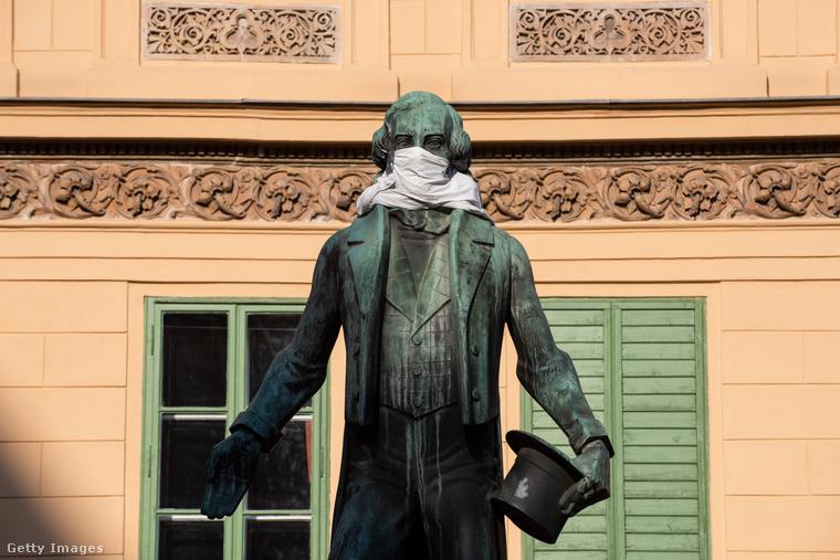 Bécsben Johann Nestroy szobra is védekezik a koronavírus ellen.