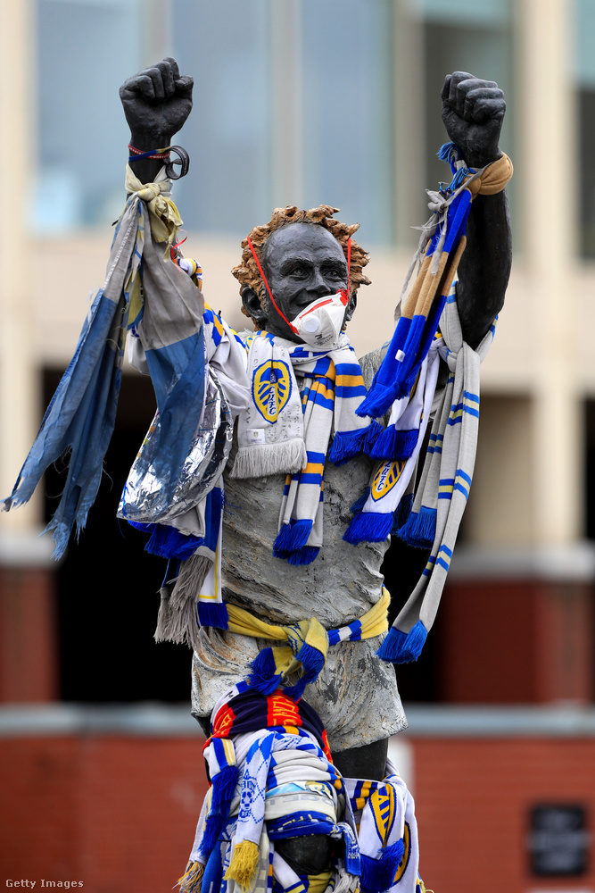 Billy Bremner futballista szobra Leedsben egyébként is csomó ruhát visel, hát most kapott egy maszkot is.