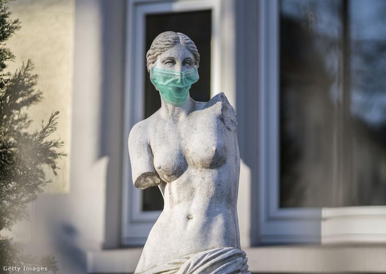 Ez a kép Frankfurtból érkezett: a híres milói Vénusz másolata áll ebben a kertben, de a tulajdonosok őrá is maszkot adtak