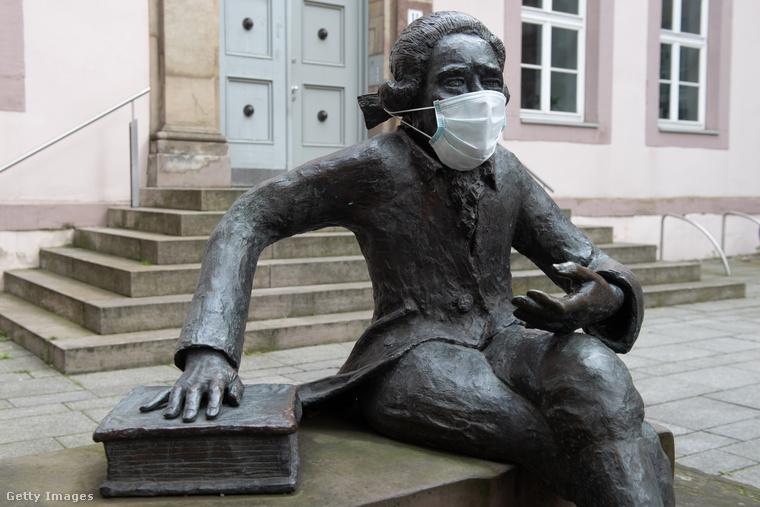 Göttingenben pedig Georg Christoph Lichtenberg fizikus szobrát öltöztették be, úgy tűnik, lassan mozgalom lesz ebből is, mint az erkélyről DJ-zésből