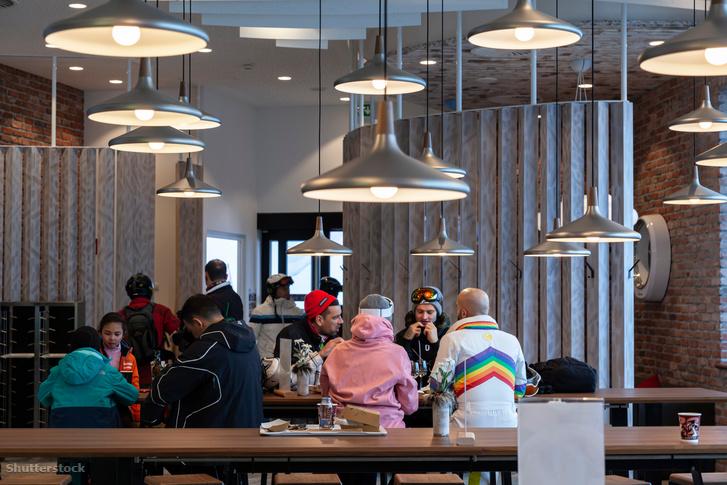 Turisták egy étteremben Ischglben 2020 januárjában
