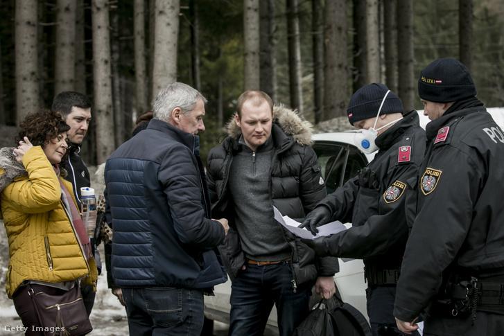 A karantén alá helyezett völgyből érkező turisták távozásra jogosító hatósági engedélyét ellenőrzik a rendőrök 2020. március 14-én