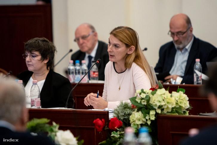 Baranyi Krisztina (k) a IX. kerület és V. Naszályi Márta az I kerület polgármestere a fővárosi közgyűlésen 2019 november 27-én