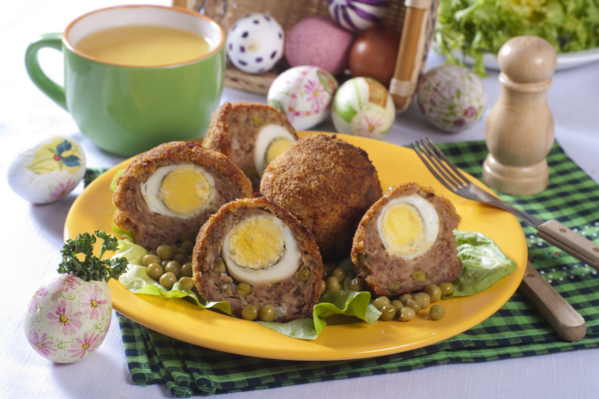 Ropogós bundában sült, tojással töltött fasírtgolyó: hidegen és melegen is nagyon finom