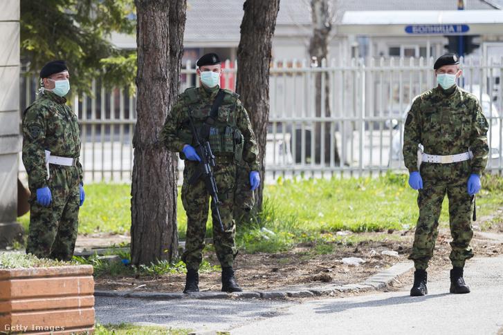 Szerb katonák egy kórház előtt 2020 április 5-én