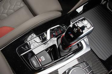 A váltókaron több gomb van, mint az autóm középkonzolján. Na jó, nem, de itt állítható a váltás keménysége, oldalt meg a menetmódok