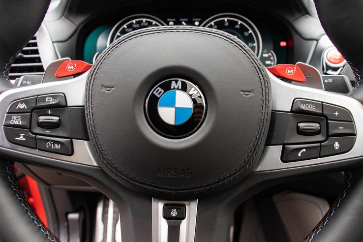 Egy szabvány BMW kormány, a varászlat a piros gombokban van
