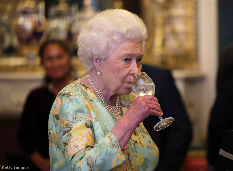 Ennyi nehézség után emeljük poharunkat a 94 éves királynőre, kívánjuk, hogy még sokáig uralkodhasson népe felett
