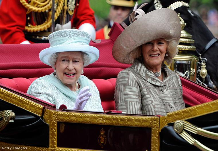 Bár Camilla Parker Bowles és Károly herceg viszonya senki előtt nem volt titok, jóval Diana halála után, 2005-ben házasodtak össze, azóta pedig már hivatalos eseményeken is megjelenik házasságga révén Cornwall hercegnéjévé kinevezett Camilla
