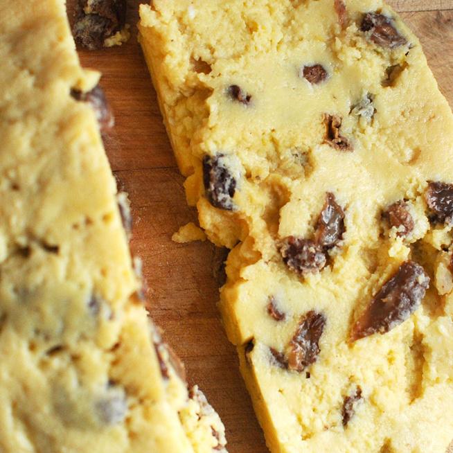 A hagyományos, mazsolás sárgatúró receptje - Jól megy a sonka és a kalács mellé
