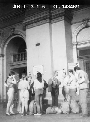 Mindennapi megfigyelés - A Regnum Marianum ifjúsági közösség táborozóiról operatív technikai úton készített fotó a Keleti pályaudvaron (1969 nyara)