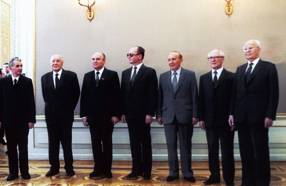 A nagy öregek az új fiú körül. Családi fotó 1985-ból, a Varsói Szerződés csúcstalálkozóján. Jobbról balra                          Nicolae Ceausescu, Kádár János, Wojciech Jaruzelski, Todor Zsivkov, Erich Honecker és Gustav Husak.