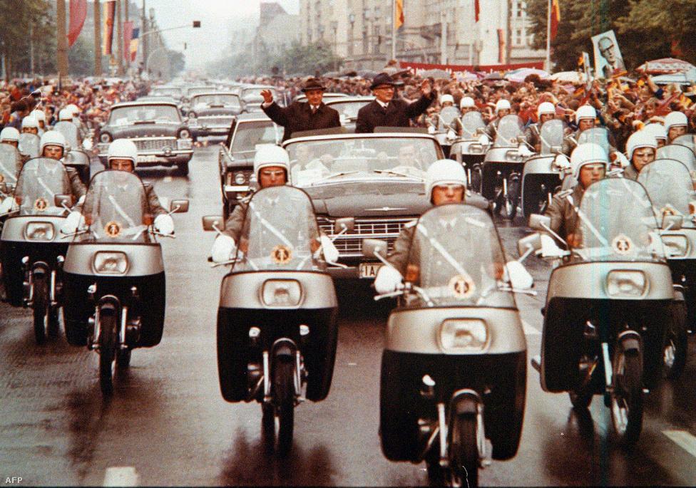 """Ceausescu keletnémet fogadása. Az utolsó pillanatig kitartottak egymás mellett, a román diktátort még 1989 októberében, az NDK 40 évfordulós ünnepségén is látványos külsőségek között fogadta Honecker, miközben akkor már az NDK is recsegett-ropogott.  Honecker azt mondta, hogy Ceausescu részvétele a jubileumi rendezvényeken méltó kifejezése """"a két párt, állam és nép közötti barátság és elvtársi                         együttműködés magas színvonalának""""."""