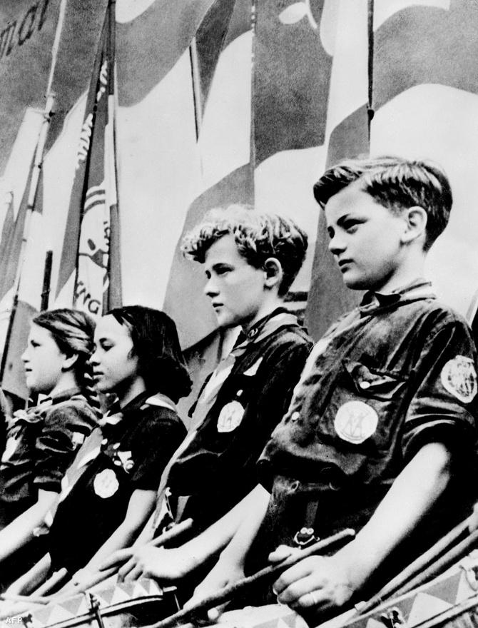 1952-ben még Honecker elnökletével parádéztak az ifjú keletnémet kommunisták Kelet-Berlinben. Az utánpótlást maga Honecker is biztosította, előbb első felesége, a szociáldemokrata Edith Bauman szült neki egy lányt, Erikát, majd a Népi Kamara egyik legfiatalabb képviselőnőjétől, Margot Feisttől született meg második lánya, Sonja 1952-ben. Feistet csak gyerekük születése után egy évvel, 1953-ban vette el.