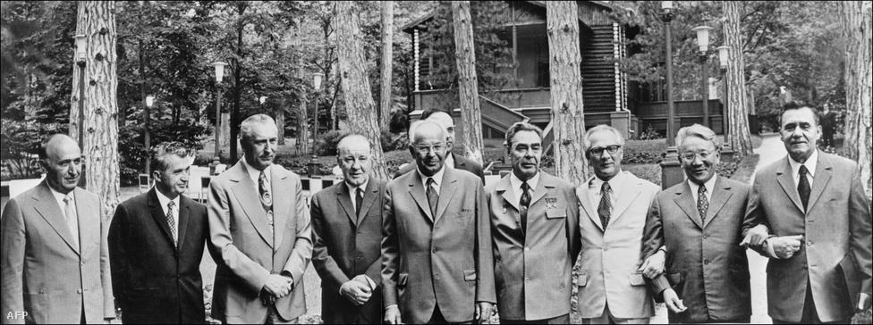 Feltűnő fehér öltönyben Szocsiban kommunista vezetőkkel 1973-ban. Honecker 1971-ben vette át a Németország Szocialista Egységpártja irányítását, miután az Ulbrichttal szembeni hatalmi harcban Brezsnyev mellé, mögé állt.  Honecker 61 évesen  a képen szereplő főkommunisták között igazán zöldfülűnek számított, de végül - Giereket leszámítva - mindekit túlélt. A képen balról jobbra:                         Todor Zsivkov bolgár, Nicolae Ceausescu román, Edward Gierek lengyel, Kádár János magyar, Gustáv Husák csehszlovák, Leonyid Brezsnyev szovjet, Erich Honecker kelet-német, Jumdzsagín Cedenbal, mongol pártvezér és Alekszej Nyikolajevics Koszigin a Szovjetunió Minisztertanácsának elnöke.
