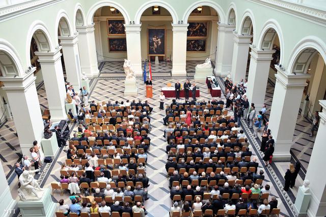 Balog Zoltán az emberi erőforrások minisztere a köztársasági elnök megbízásból augusztus 20-a alkalmából átadja a Magyar Érdemrend tisztikeresztje kitüntetéseket a Szépművészeti Múzeum Barokk csarnokában 2012. augusztus 16-án.