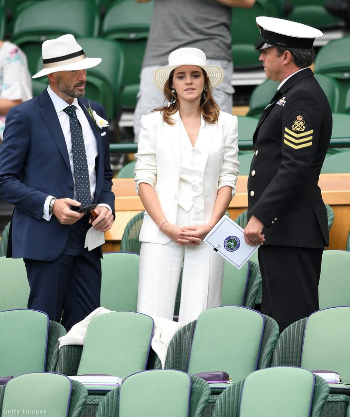 Nézzék, még ez a hetyke fehér kalap is milyen jól áll neki
