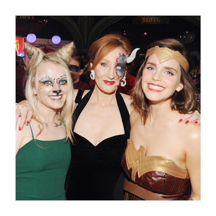 Hogy mennyire nem feledkezett meg a színésznő karrierje kezdetéről, ez kép bizonyítja, mely egy tavalyi halloweeni bulin készült, amin J