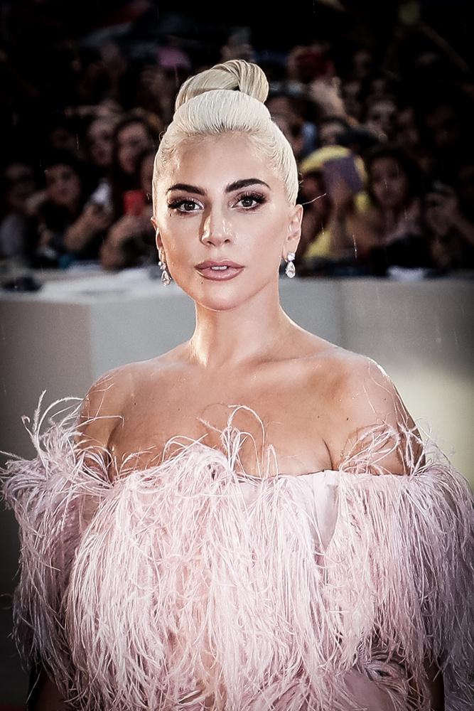 Lady GagaDe persze időnként a természetességre szavaz, ilyenkor ilyen csinosan, méteres műszempilla és durva smink nélkül lép vörös szőnyegre