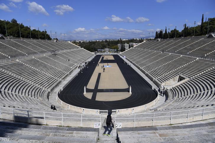 Üres a stadion az olimpiai láng átadási ünnepségén Athénban 2020. március 19-én. A koronavírus-járvány miatt nézők és delegációk részvétele nélkül megrendezett eseményen a tokiói nyári játékok szervezőbizottságának képviseletében Imoto Naoko japán úszó vette át az olimpiai lángot.