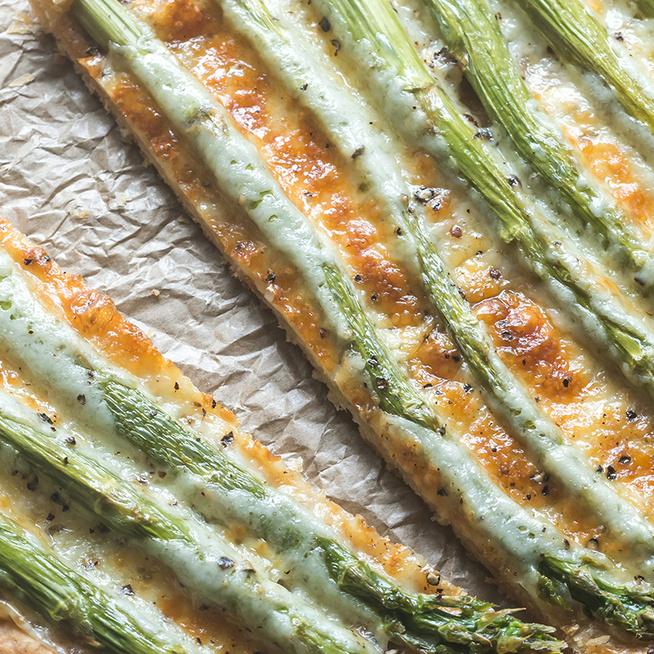 Ropogós, tavaszi spárgás pite: alig van munka a leveles tésztás finomsággal
