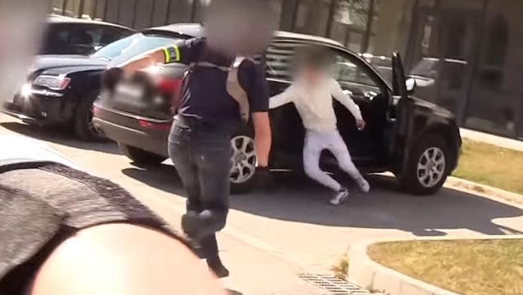 Videón, ahogy autótolvajokra csapnak le egy ferencvárosi parkolóban